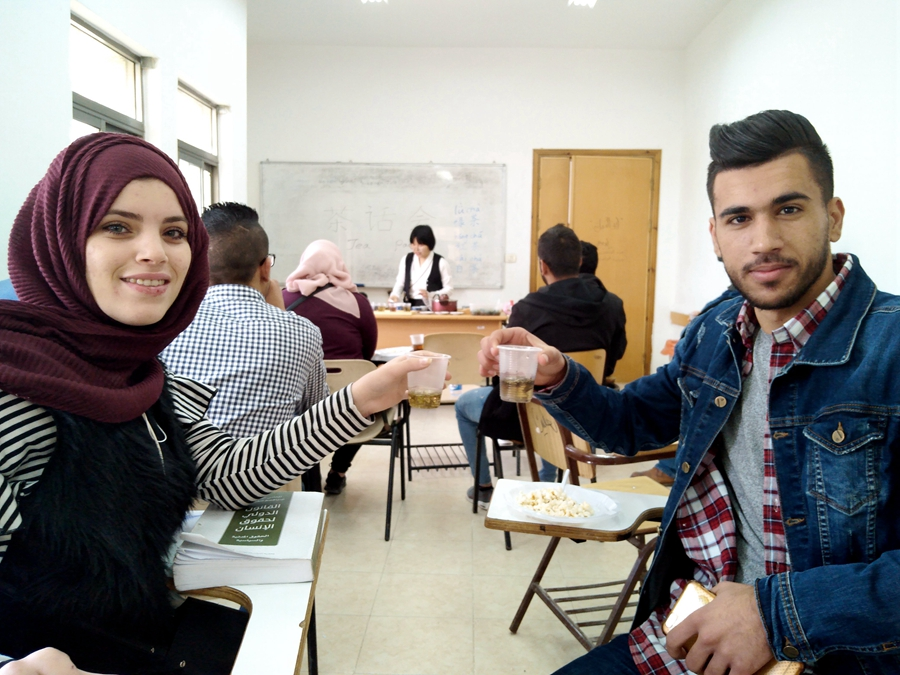 Palestinian college students approach Chinese tea culture